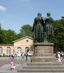 De vrienden Schiller en Goethe tegenover het Bauhausmuseum