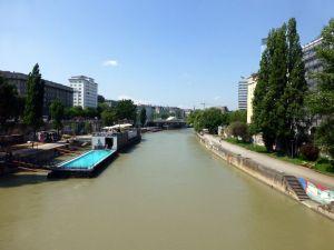 Blauw zwemwater in grauw Donaukanaal
